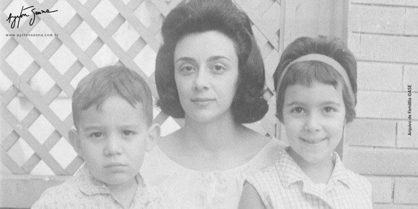 Ayrton com sua mãe e irmã Viviane em 1964