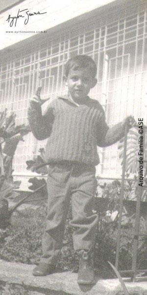 Pequeno Ayrton em 1965 em sua casa no Bairro Jardim São Paulo