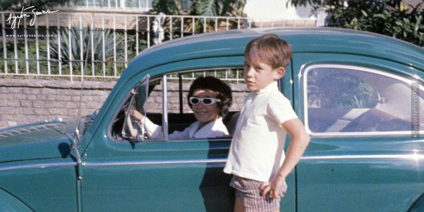 Ayrton e Viviane, sua irmã, brincando com o carro da família