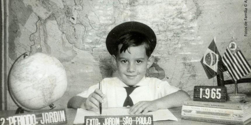 Ayrton sempre fazia tudo correndo. Na escola, ele prestava bastante atenção na aula para não ter que estudar muito em casa e aproveitar o tempo para outras coisas.